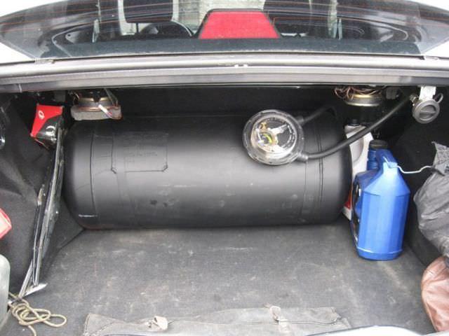 Цилиндрический баллон в багажнике Рено Логан