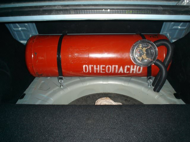Цилиндрический баллон ГБО в багажнике Рено Логан