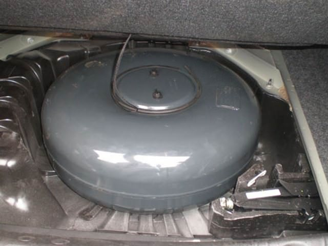 Тороидальный баллон 54 л, установленный в багажнике Рено Меган на месте запасного колеса