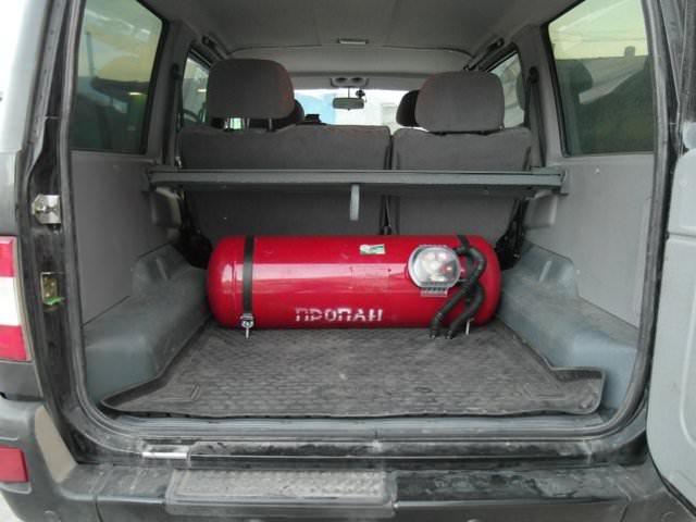 Газовый баллон, расположенный горизонтально в багажнике Патриот, вдоль заднего сиденья