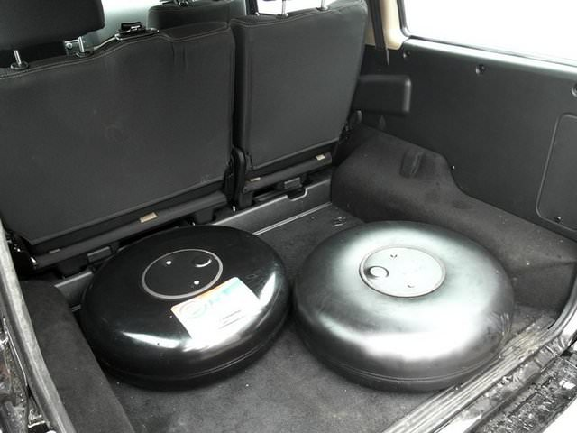 Два тороидальных баллона, расположенных в багажнике УАЗ Патриот
