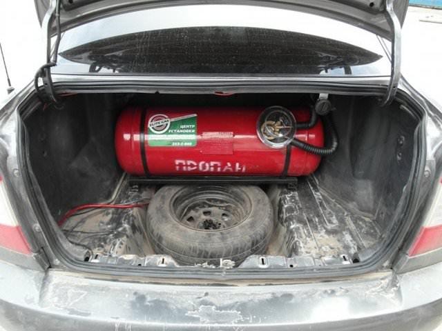 Цилиндрический газовый баллон 60 л в багажнике легкового автомобиля